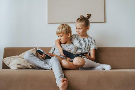 VVD Zwolle vult minibiebs met kinderboeken tijdens Kinderboekenweek